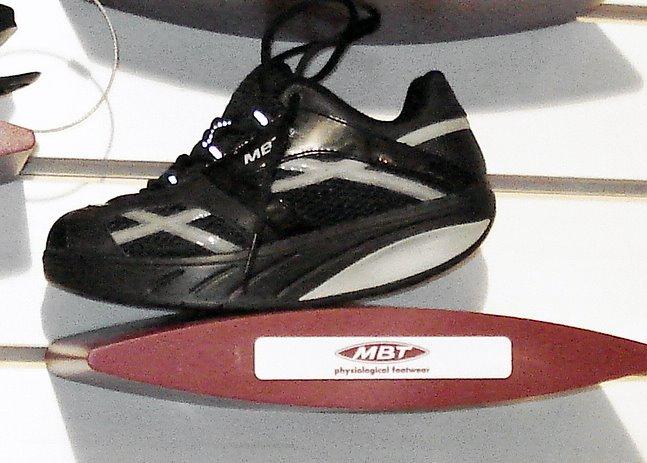 Han utvecklade dessa skor. Han skapade en sula som är det unik.  Konstruktionen skapar ett naturligt instabilt underlag som på något  konstigt sätt känns rätt ... 445c7c19425d7